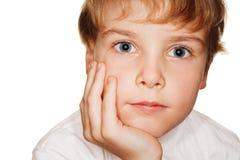 Criança pequena do retrato, cabeça na mão Imagens de Stock