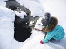 Criança pequena e gelo rachado Fotografia de Stock Royalty Free