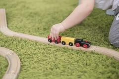 Criança pequena em uma sala de crianças colorida em um berçário ou em um pré-escolar menino da criança que joga com indicadores d Imagens de Stock Royalty Free
