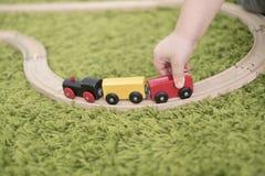 Criança pequena em uma sala de crianças colorida em um berçário ou em um pré-escolar menino da criança que joga com indicadores d Fotos de Stock Royalty Free