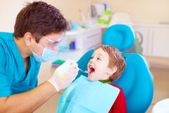 Criança pequena, especialista de visita paciente na clínica dental
