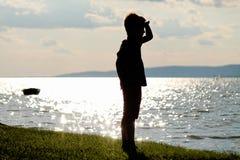 A criança pequena está na praia Fotografia de Stock