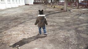 Criança pequena feliz, bebê que ri e que joga no outono na caminhada do parque fora filme