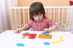 A criança pequena fez o soprador do papel Imagem de Stock Royalty Free
