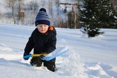 Criança pequena na neve profunda Fotos de Stock