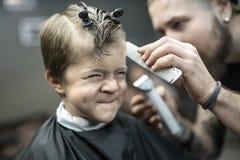 Criança pequena no barbeiro imagem de stock