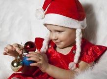 Criança pequena no chapéu do Natal Foto de Stock