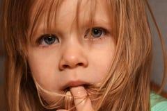 A criança pequena ofendida é virada e gritar Foto de Stock