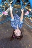 Criança pequena paly na barra da Web de aranha no campo de jogos exterior Foto de Stock