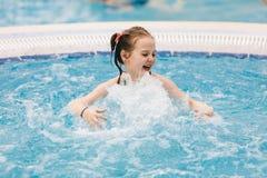 Criança pequena que aprecia seu tempo em uma banheira de hidromassagem Imagem de Stock Royalty Free