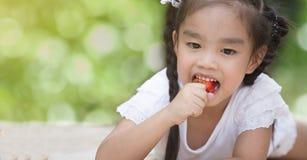 Criança pequena que come morangos fotos de stock royalty free