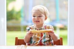 Criança pequena que come o pão com manteiga Imagem de Stock Royalty Free
