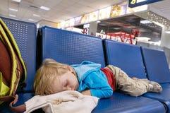 Criança pequena que dorme na cadeira Imagens de Stock