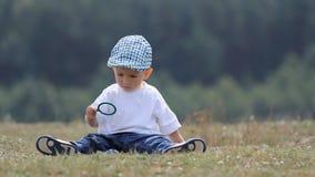 Criança pequena que joga com bolhas de sabão video estoque
