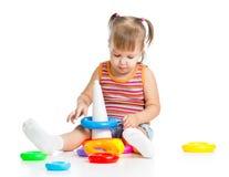 Criança pequena que joga com brinquedos coloridos foto de stock royalty free