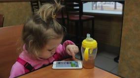Criança pequena que joga com o telefone filme