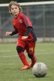 Criança pequena que joga o futebol ou o futebol Imagens de Stock Royalty Free