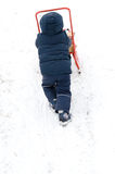 Criança pequena que sledding na neve Imagens de Stock