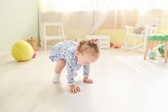 A criança pequena rasteja Fotografia de Stock Royalty Free