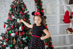 Criança perto da árvore de novo-ano Foto de Stock Royalty Free