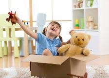 a criança piloto do aviador com um avião do brinquedo joga em casa em sua sala Fotos de Stock Royalty Free