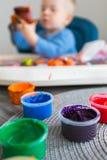 A criança pinta fotos de stock