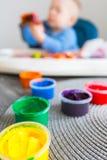 A criança pinta fotografia de stock royalty free