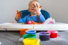 A criança pinta fotos de stock royalty free