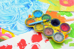 A criança pinta cores de água Fotos de Stock Royalty Free