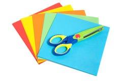 A criança plástica scissor com papel Fotografia de Stock Royalty Free