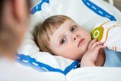 Criança posta mamã a dormir imagem de stock