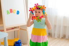 Criança pré-escolar 3 anos que jogam com blocos coloridos do brinquedo Foto de Stock Royalty Free