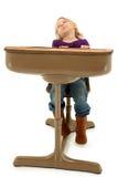 Criança pré-escolar de sono da menina na mesa da escola imagens de stock royalty free