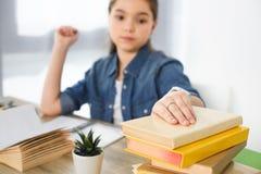 criança preteen adorável que toma livros na tabela imagens de stock