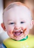 A criança prova a sobremesa pela primeira vez imagem de stock