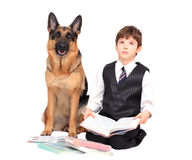 Criança, pupila da escola e cão Foto de Stock Royalty Free
