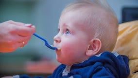 Criança que é alimentação video estoque
