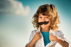 A criança que abre sua camisa gosta de um super-herói fotografia de stock royalty free