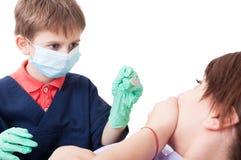 Criança que actua como o doutor do dentista imagem de stock royalty free