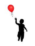 Criança que alcanga para o balão vermelho Fotografia de Stock