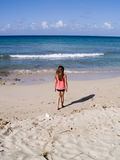 Criança que anda ao longo da praia Fotografia de Stock