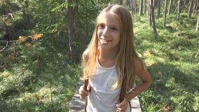 Criança que anda na floresta, natureza exterior da criança, menina que joga na aventura de acampamento foto de stock royalty free