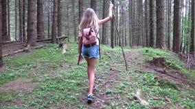 Criança que anda na floresta, natureza exterior da criança, menina que joga na aventura de acampamento vídeos de arquivo