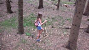 Criança que anda na floresta, natureza exterior da criança, menina que joga na aventura de acampamento filme