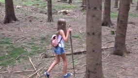 Criança que anda na floresta, natureza exterior da criança, menina que joga na aventura de acampamento video estoque