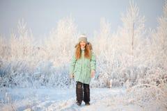 Criança que anda no parque do inverno imagens de stock