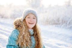 Criança que anda no parque do inverno imagem de stock