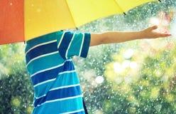 Criança que anda no tempo chuvoso Foto de Stock Royalty Free