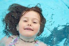 Criança que aprecia uma nadada fotografia de stock royalty free