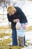 Criança que aprende andar Foto de Stock Royalty Free